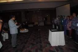 Prof. Dr. H. Sunaryo sedang melantik Pengurus MGBK Nasional