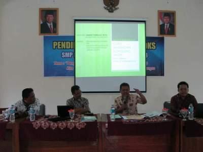 Menulis Artikel Ilmiah Populer di MGBK SMP Kota Cirebon